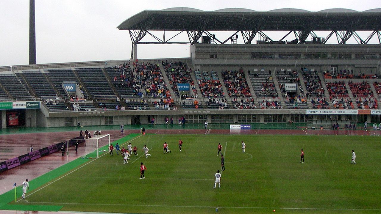 熊谷スポーツ文化公園陸上競技場のピッチとメインスタンド