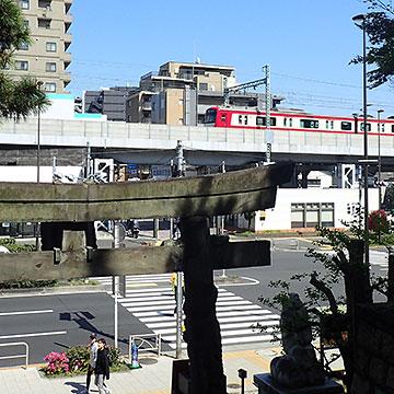 品川神社から見える京急電車