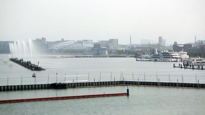 びわこ競艇場先の噴水と遊覧船