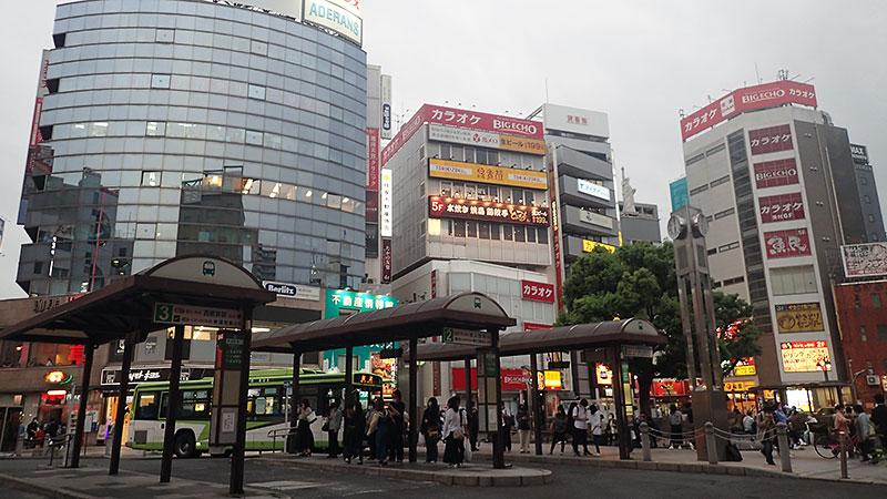 赤羽駅東口バス停と広場