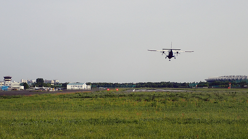 調布飛行場滑走路へのアプローチ