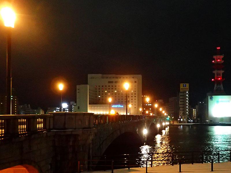 萬代橋を眺める