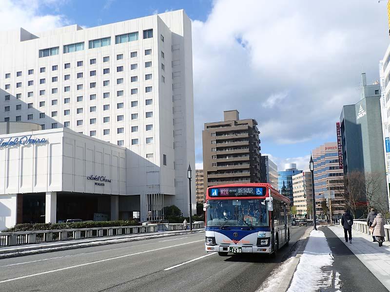 萬代橋と新潟交通とホテルオークラ新潟