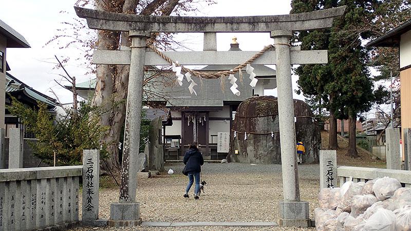 三ツ石神社鳥居と拝殿