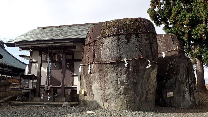 三ツ石神社の巨石